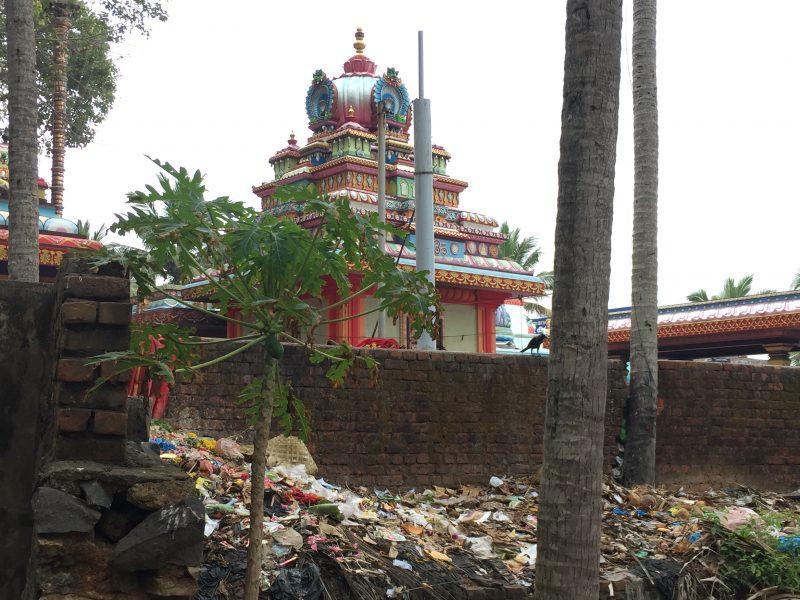 Hinter dem Hindutempel